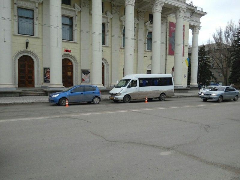 В Запорожье маршрутка врезалась в легковушку - ФОТО