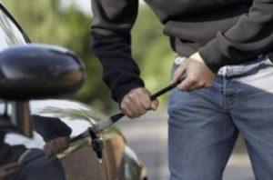 Автомобильные воры средь бела дня ограбили машину – ФОТО, ВИДЕО