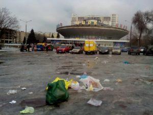 За выходные центр города утопает в мусоре - ФОТО