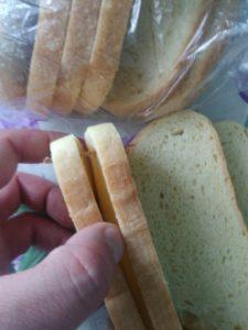 Житель Запорожья купил в супермаркете хлеб с деревянной