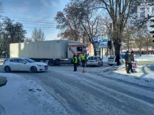 В Запорожье фура столкнулась с легковушкой: образовалась пробка - ФОТО