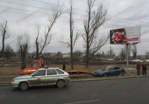В Запорожской области автомобиль разогнался и снес столб - ФОТО