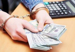 В Запорожье налоговик попался на взятке прямо на рабочем месте - ФОТО, ВИДЕО