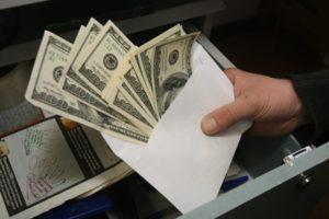 Суд арестовал чиновника Нацбанка, который «погорел» на взятке в $25 тысяч