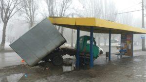 В Запорожье грузовик врезался в остановку общественного транспорта -ФОТО