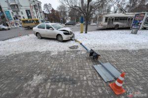 В Запорожье легковушка сбила светофор - ФОТО
