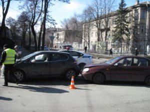 В Запорожье на перекрестке столкнулись две легковушки - ФОТО