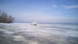 В Запорожской области рыбак застрял на льдине - ФОТО