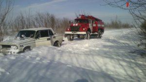 В Запорожской области 29 легковых авто, грузовик и мотоцикл попали в снежный плен - ФОТО