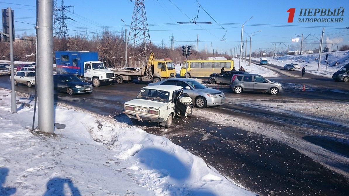 В Запорожье около моста Преображенского произошло серьезное ДТП - ФОТО