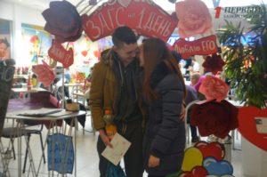 В запорожском торговом комплексе состоялись необычные свадьбы - ФОТО