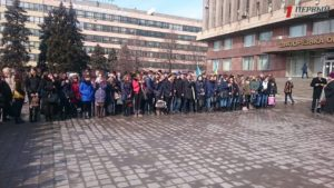 Запорожцы собрались на площади перед ОГА, чтобы почтить память героев Небесной сотни - ФОТО