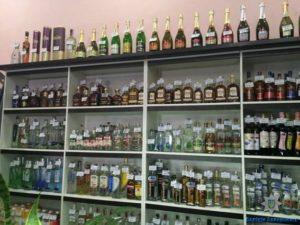 В запорожском магазине продавали алкоголь и сигареты без лицензии - ФОТО