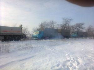 В Запорожской области два грузовика застряли в снегу - ФОТО