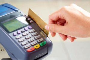 Чиновники придумали, как бороться с должниками: теперь за просроченные счета ЖКХ будут списывать деньги с банковских карт