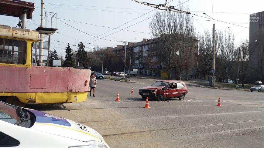 В Запорожье в трамвай врезалась легковушка - ФОТО