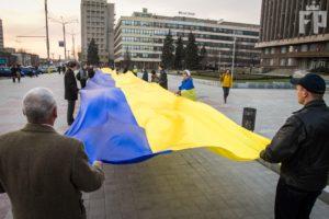 В центре Запорожья развернули 100-метровый флаг - ФОТО