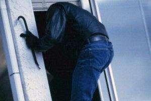 В сети появилось видео задержания вооруженного грабителя квартиры