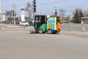 В Запорожье начала работать новая техника по уборке тротуаров - ФОТО
