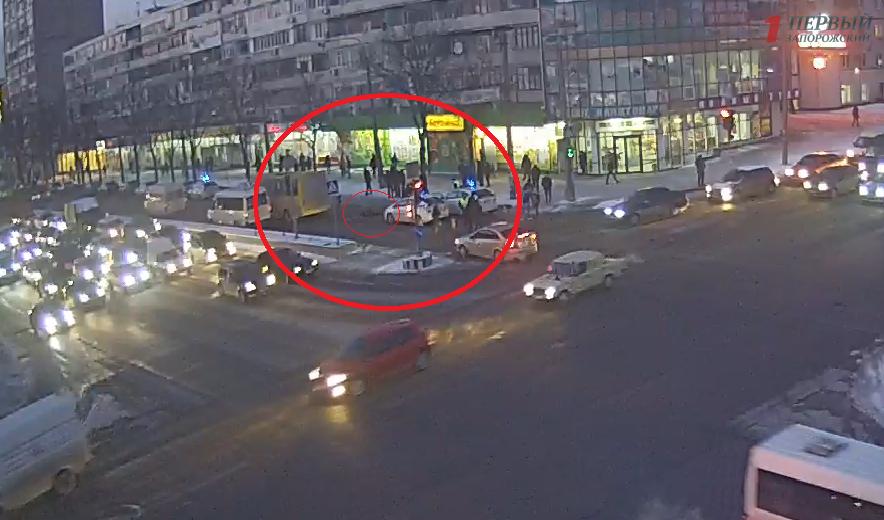 Появилось видео момента смертельного ДТП в центре Запорожья - ВИДЕО