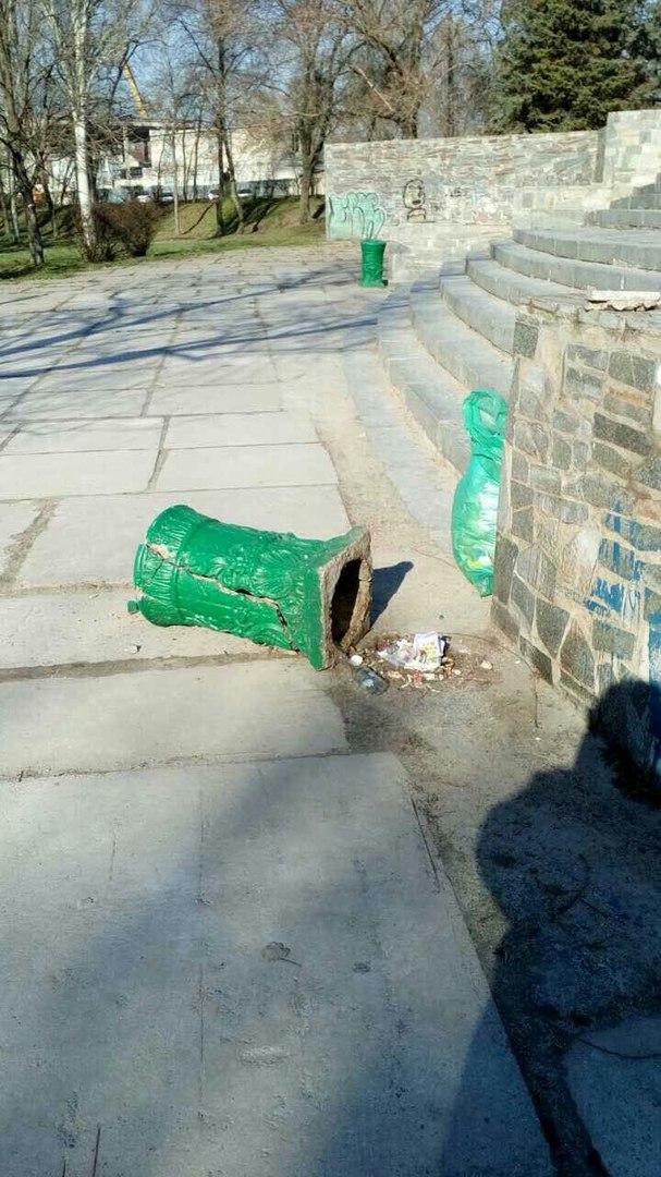 В Запорожье вандалы разгромили парк