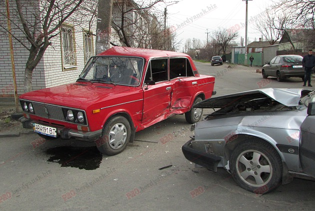 В Запорожской области произошло ДТП: спасатели вытащили женщину из искореженного авто