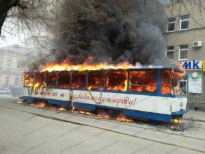 В Запорожье на остановке сгорел трамвай: пассажиры едва успели спастись - ФОТО, ВИДЕО (ОБНОВЛЕННО)