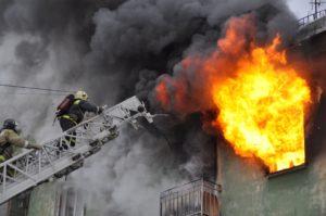 В Днепрорудном произошел пожар в квартире: пожарным удалось спасти жизнь троих людей - ФОТО
