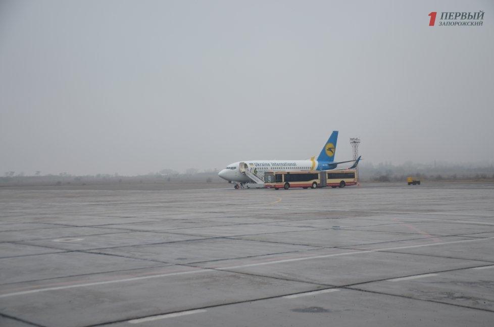 В международном аэропорту «Запорожье» при посадке самолет сошел с полосы