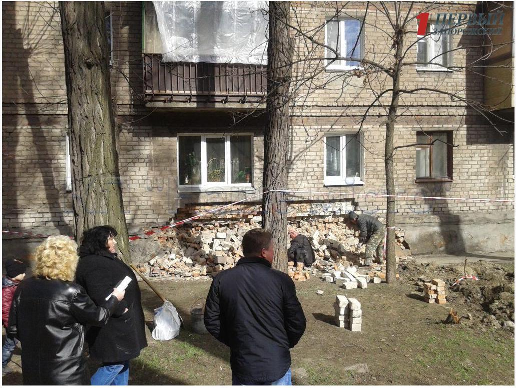 В Запорожье обвалилась стена многоэтажного дома - ФОТО