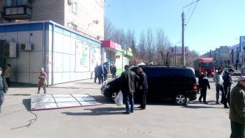 В Запорожской области на девушку свалился рекламный щит – ФОТО