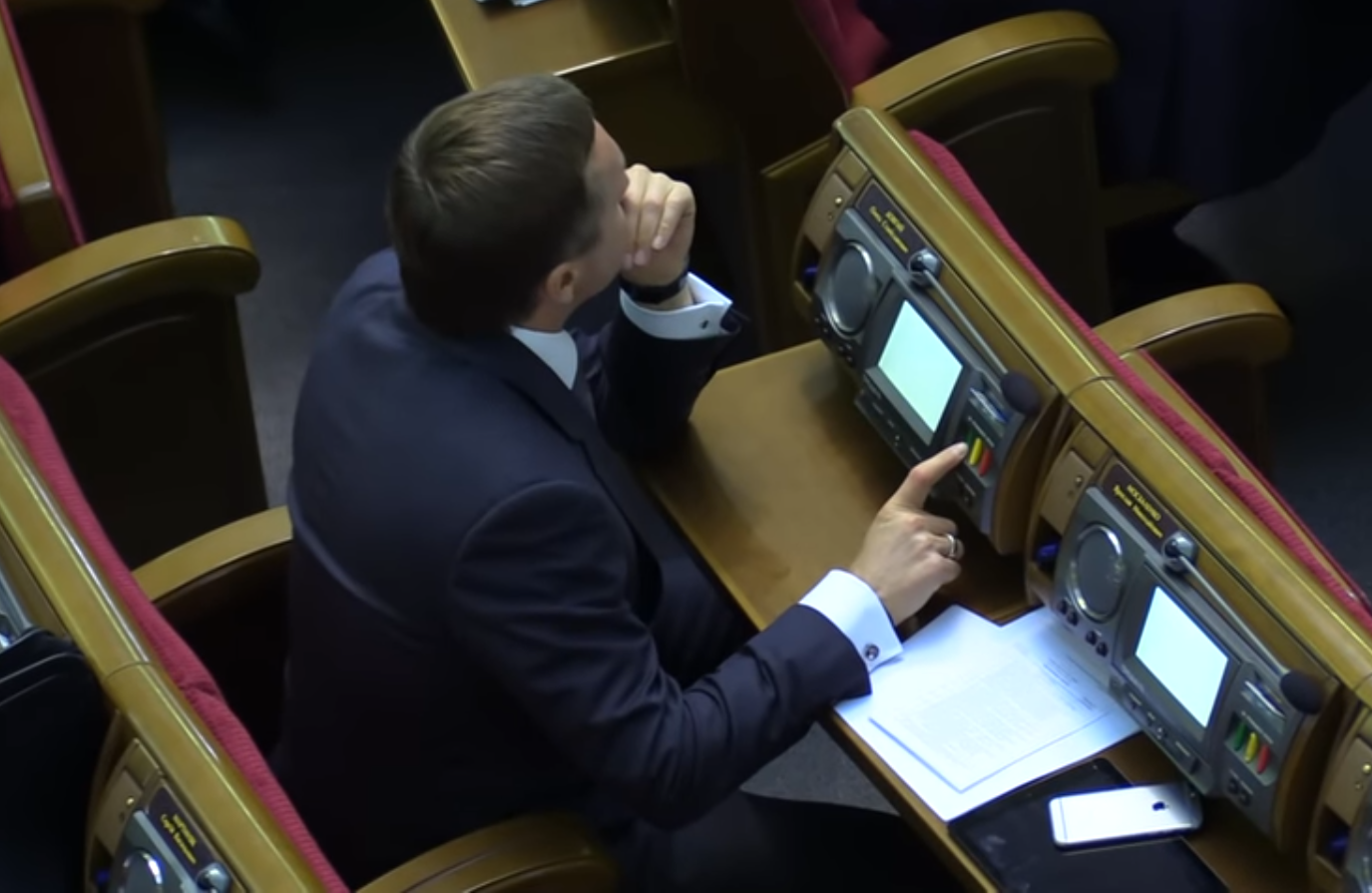 За себя и за того парня: запорожский нардеп в Раде кнопкодавил сразу за двух однопартийцев - ВИДЕО