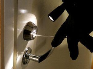 В Запорожье задержали квартирного вора, который под угрозой пистолета ограбил женщину у нее дома