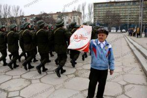 В Запорожье к марширующим гвардцейцам выбежал мужчина с коммунистической символикой – ВИДЕО, ФОТО
