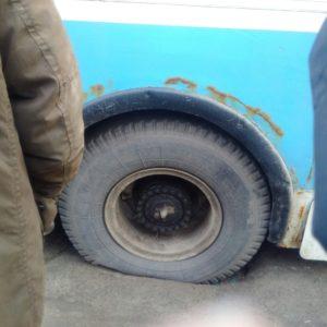 В Запорожье троллейбус провалился в яму на дороге - ФОТО