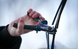 В Запорожье шесть парней пытались заработать на подарок кражей телефонных кабелей - ФОТО