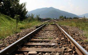 У алюминиевого завода неизвестные стащили железнодорожные пути - ФОТО