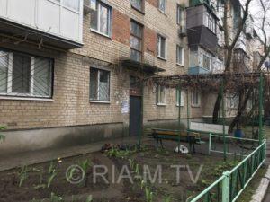 В Запорожской области возле подъезда многоэтажки обнаружили труп мужчины - ФОТО