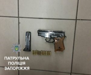 В центре Запорожья в супермаркете мужчина размахивал пистолетом - ФОТО