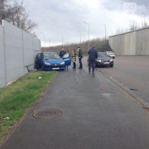 На Хортице произошло ДТП: от удара одна из машин влетела в забор - ФОТО