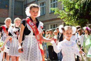 Выпускникам – одежду, первоклассникам – портфели: депутаты выделили полмиллиона гривен для обеспечения детей-сирот
