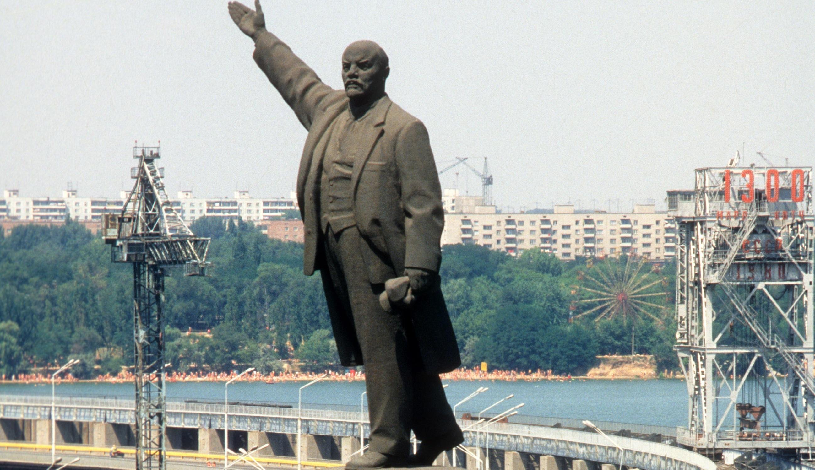 Запорожские депутаты рассмотрят петицию о сохранении памятника Ленину