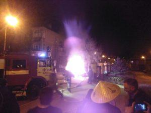 Возле запорожской мэрии горел автомобиль - ФОТО