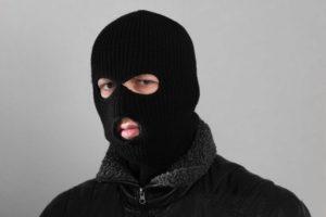 В Запорожской области мужчина в балаклаве ограбил магазин