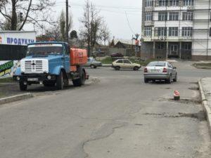 В Запорожской области мусоровоз провалил асфальт - ФОТО