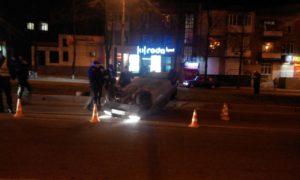 В центре Запорожья перевернулся автомобиль - ФОТО