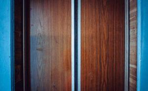 В Запорожье мужчина пытался спрятать труп в лифте