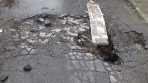 В центре Запорожья во дворе многоэтажки провалился асфальт - ФОТО