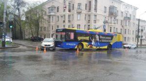 В Запорожье троллейбус врезался в иномарку - ФОТО