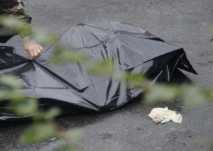 В Запорожской области во дворе дома обнаружили труп мужчины - ФОТО (18+)